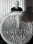 Bundeskanzler Ludwig Erhard (CDU) mit der 1948 eingef�hrten D-Mark